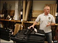Polic�a de Phoenix muestra el armamento militar usado por grupos criminales.