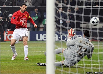 Ryan Giggs is unable to beat Inter keeper Cesar