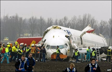 Emergency services rush to the scene of a plane crash in Amsterdam on 25 February 2009