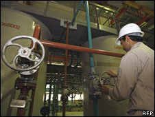 Iranian technician works at Bushehr nuclear plant, 25 February 2009