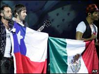 Grupo musical Camila sostiene banderas de Chile y México en Viña del Mar