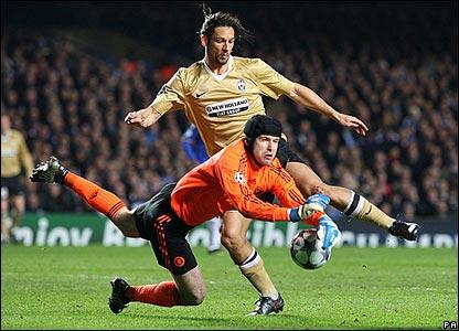 Chelsea keeper Petr Cech denies Juventus striker Amauri