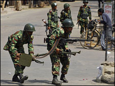 Bangladesh army soldiers near the HQ of mutinous troops, 25 Feb