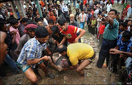 The body of a paramilitary guard is dragged from a river in Dhaka on 26/2/09