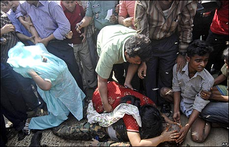 Relatives mourn after a BDR officer's body is recovered in Dhaka, 26 Feb 2009