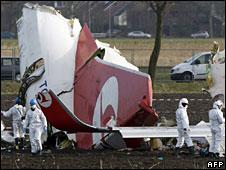 Investigators at the scene of the crash, 26 Feb 2009
