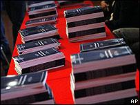 Ejemplares de presupuesto de 2010 descansan sobre una mesa