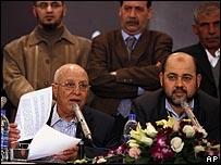 قريع يتلو البيان وبجواره موسى أبو مرزوق