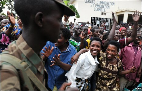 Rwandan women celebrate the return of their soldiers in Gisenyi at the Rwanda-Congo border on 25 February 2009