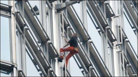 """France's """"human spider-man"""" dwarfed by skyscraper"""