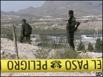 Polic�as mexicanos vigilan una zona peligrosa.