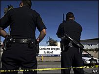 Polic�as mexicanos frente a un c�rtel.