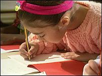 Niña escribe en la escuela