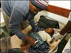 A Zimbabwean child suffering from cholera is treated at a hospital in Harare (29/01/2009)
