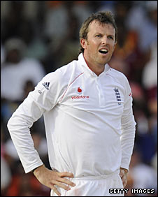 Graeme Swann waits for a Review verdict