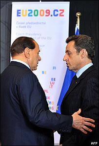 Nicolas Sarkozy (dcha.) y Silvio Berlusconi