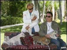 Illusionists Siegfried Fischbacher and Roy Horn pose with tiger cubs