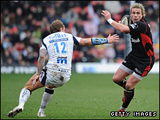 Saracens' Justin Marshall eludes the grasp of Lee Thomas