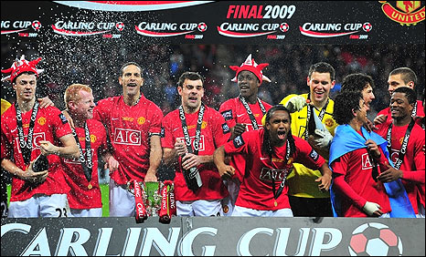 Manchester United's players celebrate winning the Carling Cup