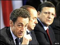 ساركوزي (يسار) وبيرلسكوني وباروسو