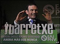 Juan José Ibarretxe saluda a sus simpatizantes luego de conocer los resultados