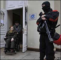 Un policía vigila la entrada de un centro electoral en el País Vasco