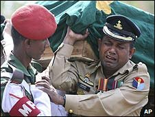 An army officer cries as he carries a colleague's coffin at the funeral in Dhaka, Bangladesh (02/03/2009)