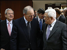 Gamal Helal (L) with US Middle East Envoy George Mitchell and Palestinian President Mahmoud Abbas (Picture courtesy of White House)