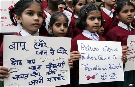Indian schoolchildren in Amritsar holding placards