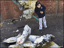 Girl examines rocket damage in Sderot, 05.01.09