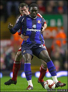Jamie Carragher shadows Sunderland's Kenwyne Jones