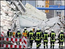 Rescue workers walk towards the collapsed building in Cologne (4 March 2009)