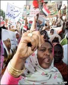 A Sudanese woman in a crowd in Khartoum, 04/03