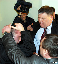A Ukrainian MP unmasks a security service agent at the Naftogaz HQ (4 March 2009)