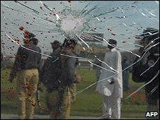 A shattered windscreen at the scene of the attack in Lahore (03/03/2009)