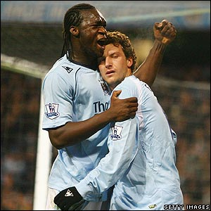 Elano is congratulated by Felipe Caicedo