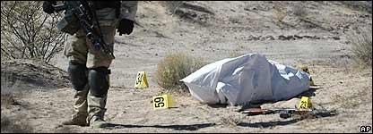 Soldado mexicano vigila cadáver en Villa Ahumada, a unos 120 kilómetros al sur de la frontera mexicana con EE.UU. entre Ciudad Juárez y El Paso