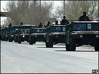 Convoy de vehículos militares de ejército mexicano convergen sobre Ciudad Juárez