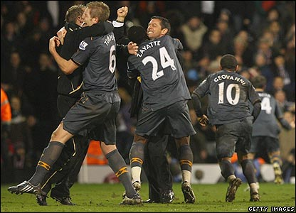 The Hull bench celebrates the late winner at Craven Cottage