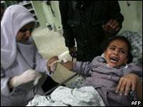 Madre y niña palestina en un hospital