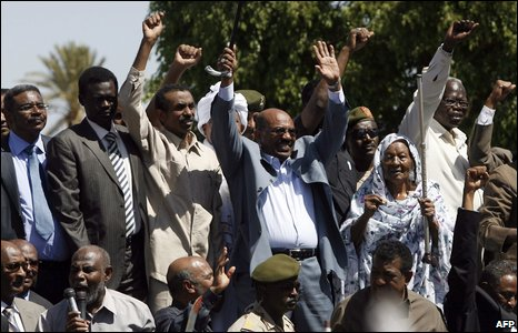 Sudanese President Bashir (centre) waves to supporters in Khartoum, 5 March