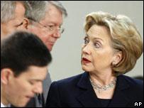 La secretaria de Estado de EE.UU., Hillary Clinton, habla con homólogos de la OTAN