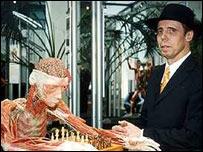 """Günther von Hagens con una de sus """"esculturas""""."""
