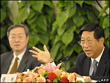 Zhang Ping (R) answers a question as Zhou Xiaochuan (L) listens at an NPC press conference on 6 March 2009