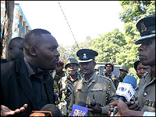 Oscar Kamau Kingara (left) talking to police officers (image: Oscar Foundation website)