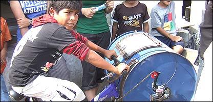 Niños en Ventanilla, Perú, prueban la bicilavadora (Gentileza: MIT)