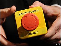 """Botón lee """"reinicio"""" en inglés y """"sobrecarga"""" en ruso"""