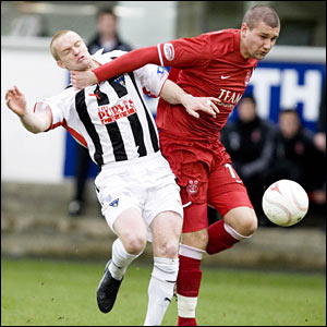 Dunfermline's Greg Shields (left) struggles with the bulk of Tommy Wright