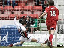 Dunfermline midfielder Nicky Phinn