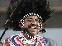 الرئيس السوداني عمر البشير بلباس الجنوب
